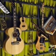 mama-shelter-marseille-mur-instruments-de-musique